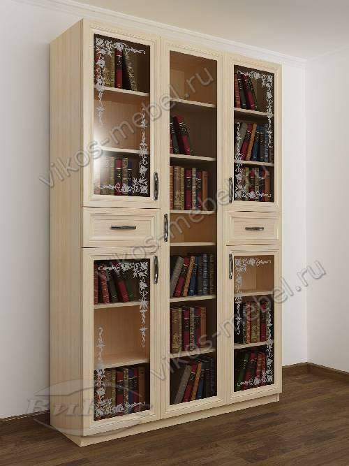 Трехстворчатый книжный шкаф со стеклянными дверцами с пескоструйным зеркалом с ящиками для мелочей цвета молочный беленый дуб