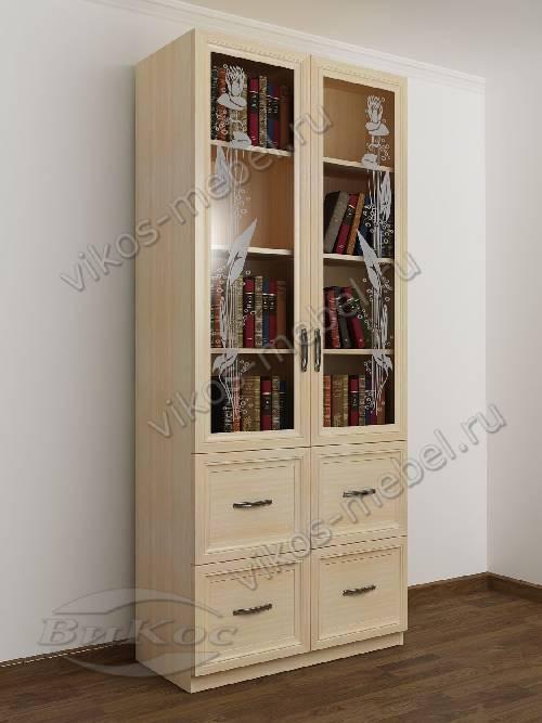 Двухдверный книжный шкаф со стеклянными дверями с пескоструйным рисунком с ящиками цвета молочный беленый дуб