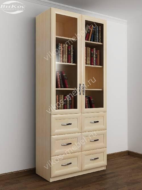 Книжный шкаф со стеклянными дверцами с выдвижными ящиками шириной 80-90 см цвета молочный беленый дуб