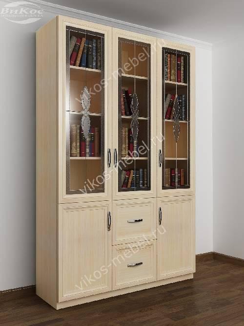 Трехдверный витражный книжный шкаф со стеклянными дверями цвета молочный беленый дуб