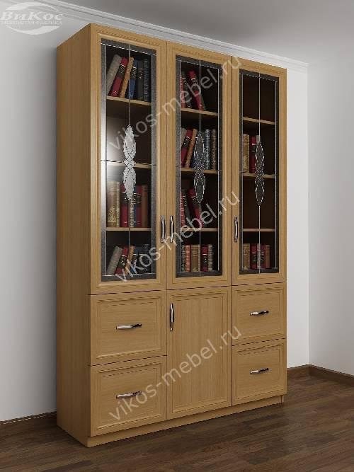 Широкий книжный шкаф со стеклянными дверцами с витражом с ящиками цвета бук