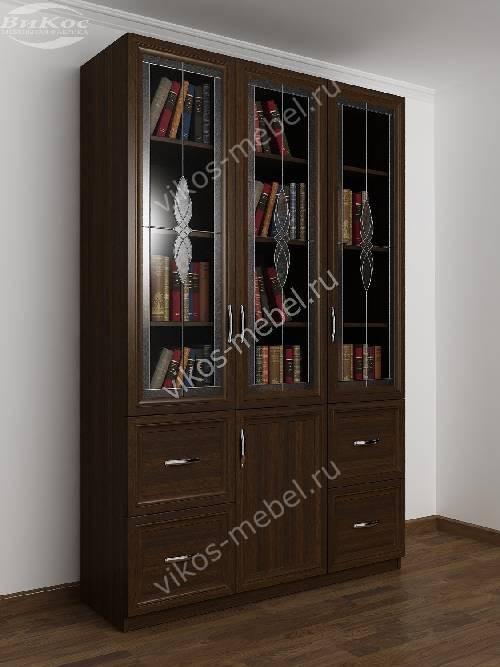 Широкий витражный книжный шкаф со стеклянными дверцами с ящиками цвета венге