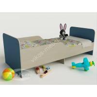 кровать для ребенка с защитными бортами голубого цвета