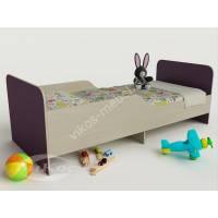 кровать для ребенка с защитными бортами филетового цвета